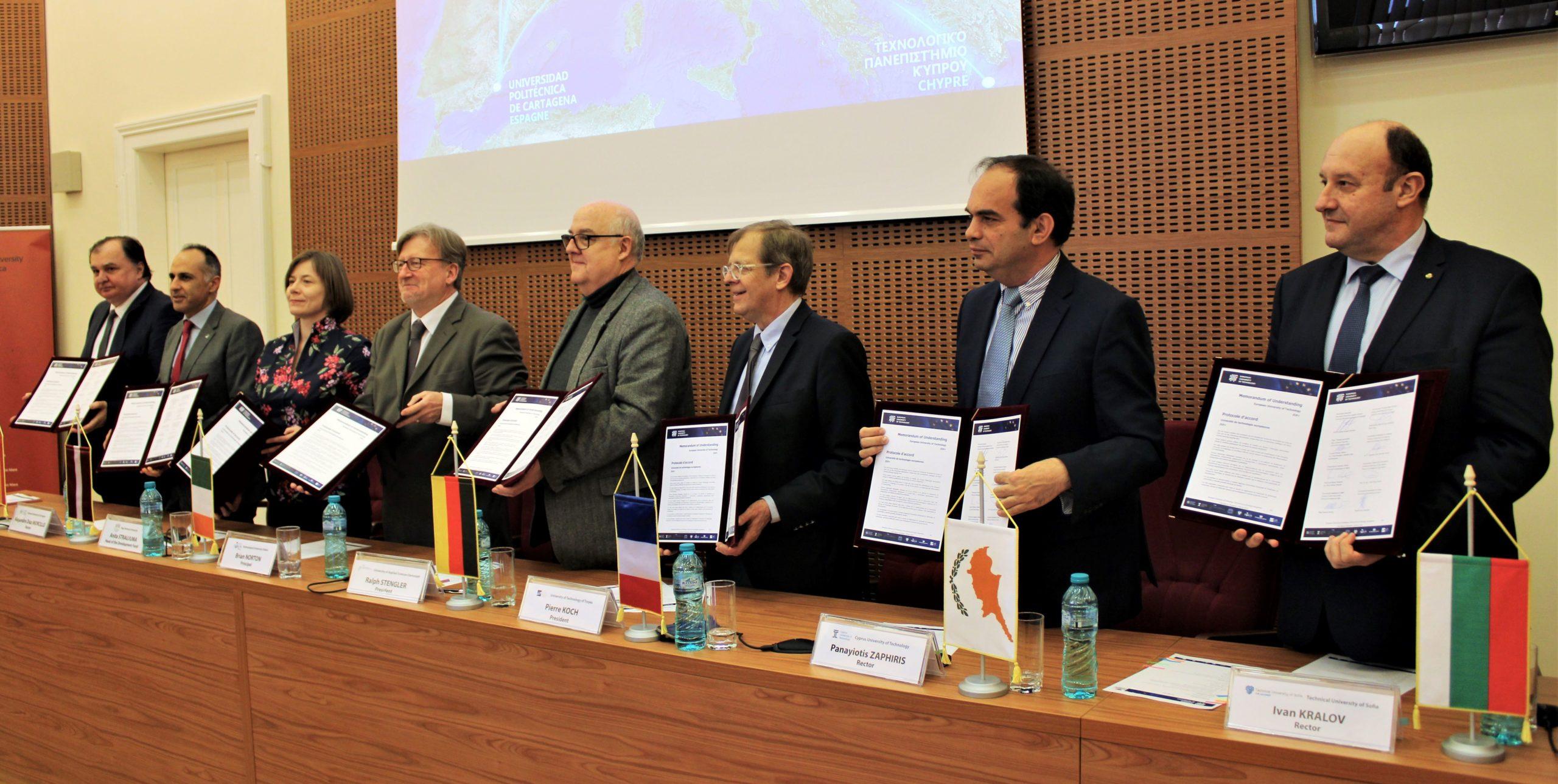 Die Hochschulleitung der acht Universitäten und Hochschulen des Bündnisses bei der Unterzeichnung des Memorandum of Understanding am 4. Februar 2020